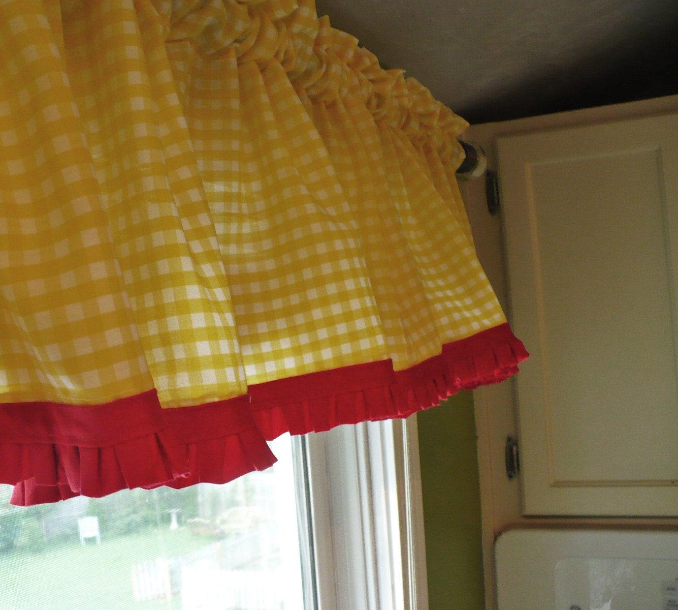 Red gingham kitchen curtains kitchen ideas for Cute yellow kitchen ideas