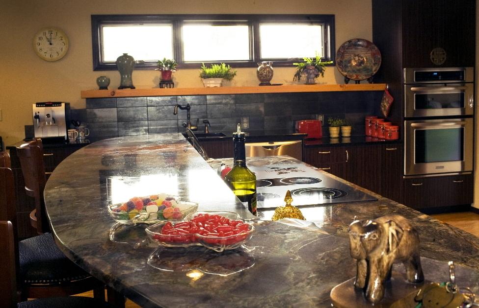 Granite kitchen island photo - 1