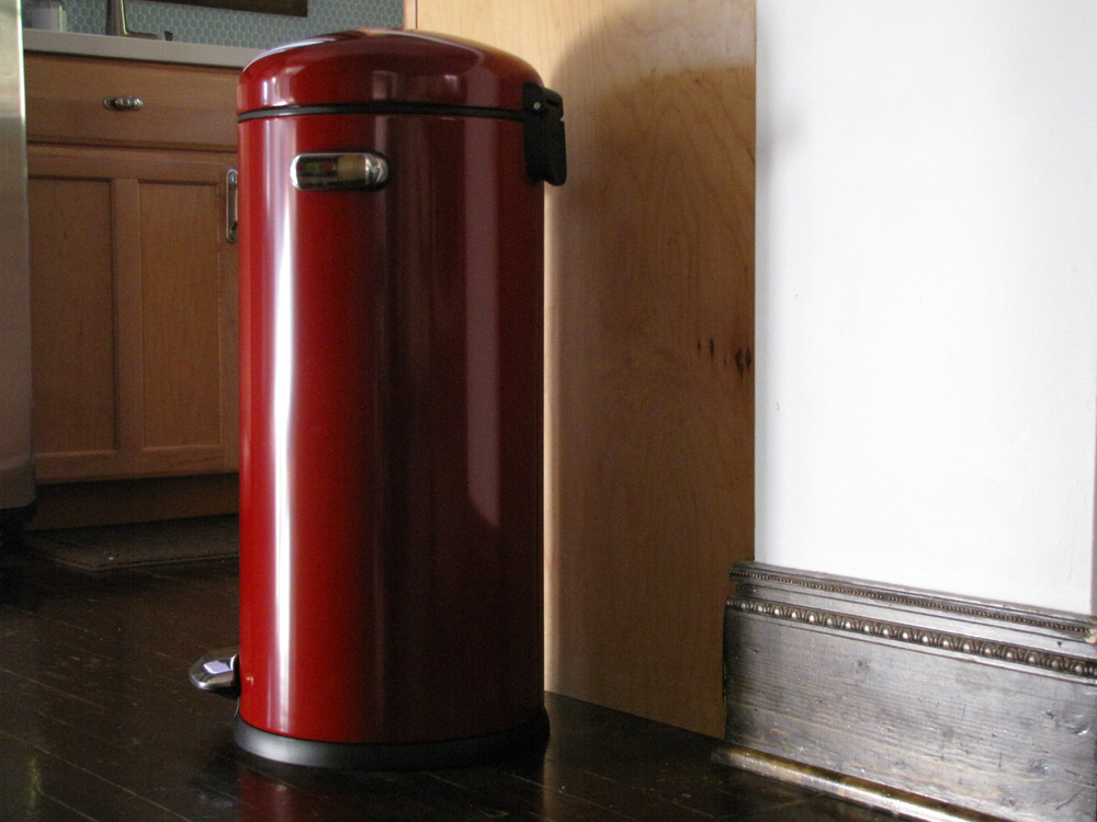 Red kitchen trash can photo - 1