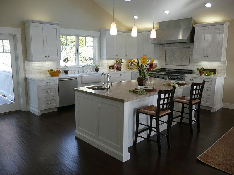 White kitchen faucet photo - 1