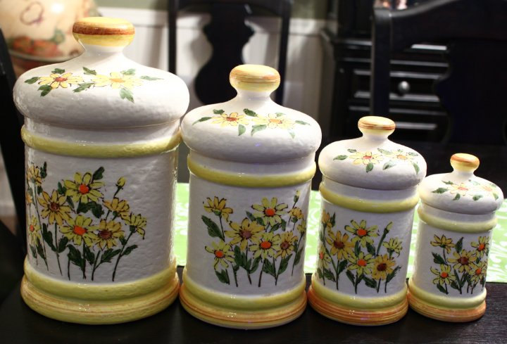Yellow kitchen canisters photo - 2
